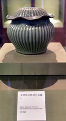 DSC_0480 (H Sinica) Tags: suzhoumuseum 蘇州博物館 suzhou 蘇州 museum 龍泉窯 荷葉蓋礶 sung songdynasty longquan celadon