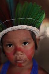 Indiozinho se preparando para a comemoração da tribo