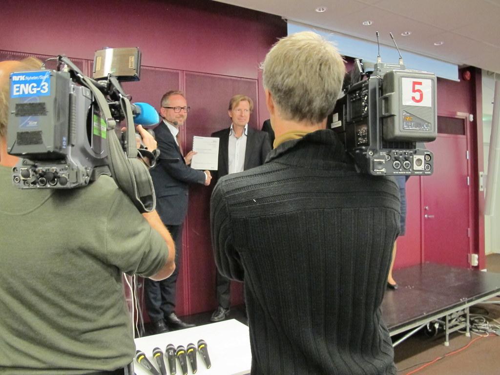 Miljøvernminister Bård Vegar Solhjell mottar sammendraget fra klimaforsker Gunnar Myhre, Cicero Senter for klimaforskning