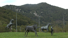 Puerto de Belate (Espagne) Pyrennees - Ramn Ruiz - Caballos (Thethe35400) Tags: sculpture horse animal caballo cheval skulptur escultura animaux estatua cavallo cavalo tier animalart scultura faune scukpture dealbhireacht