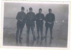 Bray-Dunes le 22 novembre 1939, qutre soldats et filet de peche (laguerredemongrandpere@yahoo.fr) Tags: world 2 two france french army frankreich war dunes wwii 1940 guerra krieg ii ww2 ww mundial guerre francia bray 1939 armee franzsisch braydunes 2ww weltkrieg militaires iiww  ww2wwii gm2  miitaire