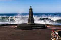 El faro y la chica socorrista. (The lighthouse and the lifeguard girl). (Víctor Pacheco.) Tags: bajamar tenerife farodebajamar lighthouseofbajamar lighthouse faro lifeguardgirl chicasocorrista olas oleaje swell waves mar océano sea ocean
