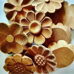 Flores, flores, flores!  www.elo7.com.br/osoarte #artesanal #artesanato #artesanatomineiro #flor #flores #floresdemadeira #flordemadeira (fabriciabarcelos) Tags: floresdemadeira flor artesanatomineiro flores artesanal artesanato flordemadeira