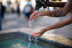 Erfrischung (Chris Buhr) Tags: münchen brunnen erfrischung wasser water munich leica m10 noctilux 50mm f095 chris buhr hände hand detail bokeh