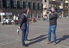 Verslaggever NOS op het Binnenhof (Mary Berkhout) Tags: maryberkhout binnenhof denhaag journalist verslaggever nos politiek cameraman