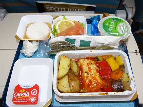 Oman Air KUL-MCT: SFML, mediterranean salmon, smoked salmon and joghurt dessert. Delicious!