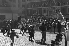 Bubbles in Rome (Narda©) Tags: rome roma bolle bubbles piazzadelpopolo italy italia sanpietrini artistidistrada bimbi children fun beauty bw biancoenero