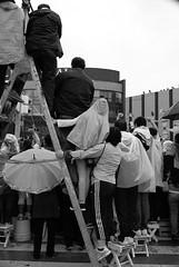 © ¿Cómo ves? (memoguaida) Tags: mexico cdmx reforma desfile curiosos escalera blancoynegro blackandwhite bw