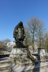 Statue of Jean de La Fontaine @Jardin du Ranelagh @ Paris (*_*) Tags: paris france europe city spring march 2017 saturday sunny bluesky jardinduranelagh park lafontaine fable poet author crow fox corbeau renard statue