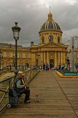 Paris - Pont des Arts / Accordeonist (Pantchoa) Tags: paris france pontdesarts réverbère académiefrançaise institut musicien accordéoniste mandiant nuages pluie nikon d7100 24mmf18 architecture pont seine fleuve
