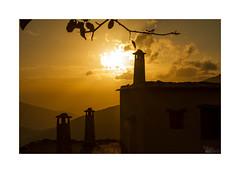 ... (ángel mateo) Tags: ángelmartínmateo ángelmateo bubión laalpujarra granada sierranevada andalucía españa atardecer sol cielo nubes ocaso chimenea rayosdesol contraluz chimeneas andalusia spain sunset sun sky clouds chimney sunbeams backlight chimneys
