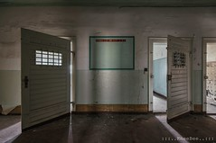 Spende Blut (Knee Bee) Tags: jva urbex decay knast trapped prison abandond zahnarzt doors