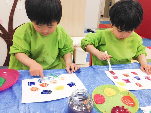 Painting tulips with plastic forks at Star Kids International Preschool, Tokyo. #starkids #international #preschool #school #children #kids #kinder #kindergarten #daycare #fun #shibakoen #minatoku #tokyo #japan #instakids #instagood #twitter #子供 #幼稚園 #保育園
