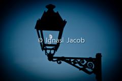Fanal de lluna (Ignasi Jacob) Tags: moon atardecer farola afternoon streetlamp luna lamppost nophotoshop outoforder lluna fanal d90 coincidencia fotoreal sinmontaje