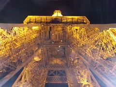 Eiffelturm (schremser) Tags: frankreich paris eiffelturm turm toureiffel nacht beleuchtet beleuchtung eisen stahl