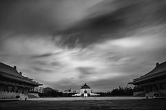 中正紀念堂/ Chiang Kai-shek Memorial Hall ([~Bryan~]) Tags: chiangkaishekmemorialhall taipei taiwan city longexposure daytimelongexposure cloud weather monochrome bw blackandwhite ndfilter asia 中正紀念堂