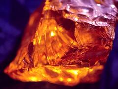 🔥🔥L I T🔥🔥 (galwachs) Tags: orangeandblue macromondays microscopio microscópico macro micro depthoffocus profundidaddecampo dof bicolor minimal rock roca mineral ámbar amber