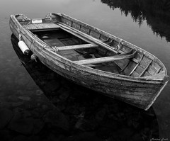 Old boat B&W (Morten T.) Tags: boat wood old tre båt trebåt fender sea sealife woodenboat blackandwithe bw canon photography photo thisphotorocks canoneos80d