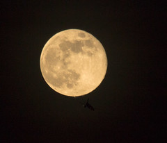 Full Moon and airliner below 11 April 2017 (Sculptor Lil) Tags: canon700d dslrsingleexposure london moonflyby astrophotography flyby fullmoon handheld moon sky