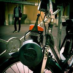 Solex engine in the old city - Solex dans la vieille ville. (Chris, photographe de Nice (French Riviera)) Tags: square carré streetphotography photographiederue photographiecontemporaine artmoderne artgalleryandmuseums modernart bike city ville urban urbain solex motobecane