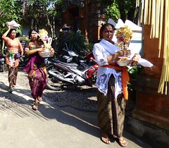 Going to a cremation ceremony . (Franc Le Blanc .) Tags: panasonic lumix bali women ceremony hindu agama