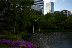 Objet on the Pond (Zunten) Tags: japan zeiss garden gold tokyo  roppongi  roppongihills minatoku  ricoh   gxr   jeanmichelothoniel  mohrigarden distagon418 kinnokokoro
