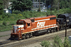 TP&W GP38-2 #2002 leads a long freight west out of East Peoria on 8/20/78 (LE_Irvin) Tags: gp382 tpw eastpeoria