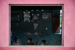 10/365 (eDamak) Tags: family pink house color peru window latinamerica kids photography tv amazon iquitos visualartist canon6d httplucescamarayavioncom peopleedamak