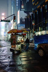 New York, Etats-Unis (sachathba) Tags: voyage street city nyc trip food usa newyork night hotdog unitedstates timesquare snacks etatsunis vendeur ambulant