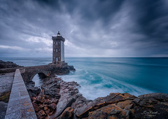 Phare du Kermorvan (Bretagne) (Eric Rousset) Tags: pharedukermorvan bretagne lighthouse kermorvan finistère leconquet brittany bzh phare sunrise nisi cloudy filtrenisignd809soft100x150mm3stops longexposure filtrenisicplnclandscape clouds storm orage coastal rocks landscape paysage ocean france europe 2017 ericrousset winter canon canoneos5dmarkii canonef1740mmf4lusm photography waterscape portefiltrev5pro nisifiltersfrance