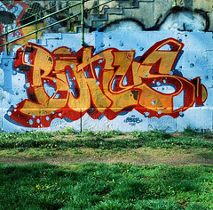 2017-04-09_000059840006 (Nico Kaiser) Tags: analog film velvia50 fotoleutner wien exterior graffiti wall film:name=fujivelvia50 film:lab=fotoleutner film:iso=50 film:brand=fuji camera:model=hasselblad500c film:roll=00005984 austria aut