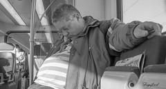 Uitrusten in de trein. (Digifred.) Tags: nederland netherlands holland straat street city digifred streetphotography 2017 nikon1j5 blackandwhite monochrome trein train reiziger traveler passagier passenger slapen sleep candid station