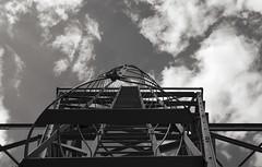 Condamné (Atreides59) Tags: noir et blanc noiretblanc black white blackandwhite nb bw up grue crane échelle scale ciel sky nuages clouds rhône lyon pentax k30 k 30 pentaxart atreides atreides59 cedriclafrance