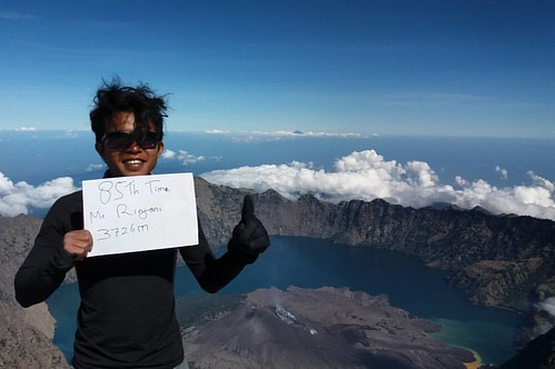 I always count how many time i been there but.  I haven't feel satisfy to climb the mountain.   Mount Rinjani 3726m above sea level.   Located: Lombok Island, NTB, Indonesia.  Trekking Via : Sembalun Village.   #mountaineering #mujitrekker #lombokisland #