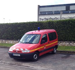 Citroen Berlingo des pompiers de 1999 6692 VW 37 - 23 mai 2013 (Rue Jean Bouin - Joue-les-Tours) (Padicha) Tags: auto new old bridge france water grass car station electric truck river french coach ancient automobile eau indre may police voiture ruine cher rest former 37 nouveau et loire quai franais nouvelle vieux herbe vieille ancienne ancien fleuve nationale vehicule lectrique reste gendarmerie gazon indreetloire franaise pave nouveaut vhicule utilitaire restes vgtalise letramdetours padicha
