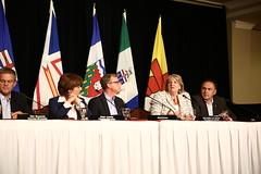 Premier/première ministre Dunderdale speaks to media/parle aux médias