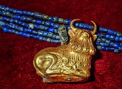 Lapis lazuli necklace with gold bull pendant recovered from the royal cemetery of Ur, Iraq 2550-2450 BCE (mharrsch) Tags: bull pendant animal animorphic necklace jewelry gold ur sumer mesopotamia iraq ancient burial funerary archaeology 3rdmilleniumbce 25thcenturybce 26thcenturybce pennmuseum philadelphia pennsylvania mharrsch lapislazuli