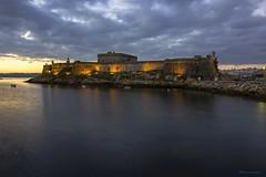 Amanece en A Coruña. (gatetegris) Tags: coruña galicia acoruña lacoruña amanecer nocturna ciudad city sea mar atlantic atlantico españa spain castelodesantoanton castillodesananton castillo castelo cielo sky nubes clouds