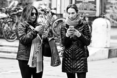Qui appel qui... (Paolo Pizzimenti) Tags: paradis caresser femme couple adolescents dessin paris ravenne olympus zuiko penf omdem1mkii 25mm 75mm f18 film pellicule argentique doisneau