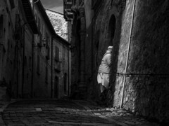Ghost (Giuseppe Cocchieri) Tags: bw blackwhite blackandwhite biancoenero bianconero white bianco black nero street mood atmosfera atmosphere allaperto ombra shadow shadows ombre persone people composition composizione