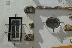 Ventanas antiguas en Óbidos (Txaro Franco) Tags: portugal lisboa óbidos ventana antigua window windows reja