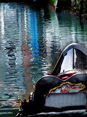 The gondola and the rain (Izzy's Curiosity Cabinet in Venice Mood) Tags: venise venice venezia venedig italie italia gondole gondola rain pluie canaux