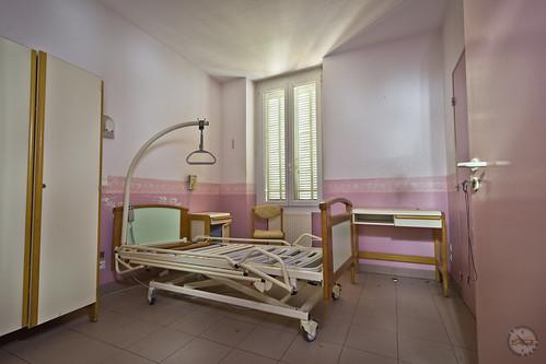 """La dernière demeure de violette • <a style=""""font-size:0.8em;"""" href=""""http://www.flickr.com/photos/60395175@N00/33227698310/"""" target=""""_blank"""">View on Flickr</a>"""