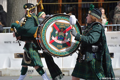 063 St. Patrick's Day - NYS Court Pipes and Drums (rivarix) Tags: saintpatricksdayparade stpatrickday stpaddyandnotpatty tristatenewyorknewjerseyconnecticut nynjct irishparade patronsaintofireland culturalreligiousparadefestival irishamericanheritage partycelebration pipeband bagpipe pipers bassdrum bassdrummer newyorkstate nyscourtpipesanddrums drummajor pipemajor