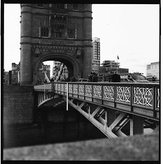 Tower Bridge (Carlos Lubina) Tags: 7dwf blackandwhite blancoynegro towerbridge hasselblad 500elm carlzeissplanar8028 hp5plus400 6x6 film