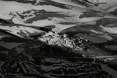Castelluccio non tramonterà mai! (EmozionInUnClick - l'Avventuriero's photos) Tags: castelluccio sibillini blackwhite bn borgo luce tramonto