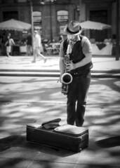 Joueur de saxophone (Natilus.photo) Tags: noir et blanc bw black white street rue musicien reflet light saxophone jazz blues soleil sun exterieur monochome
