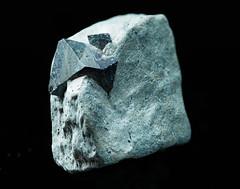 Nochmal Magnetit - Magnetite again (Joachim Pöllmann - JPhoto) Tags: magnetit magnetite oktaeder zwilling twin octahedron joachimpöllmann jphoto murr badenwürttemberg germany