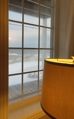 Cadrage (Robert Saucier) Tags: saintelucesurmer basdufleuve bassaintlaurent fenêtre vitre window glass cristal lampe lamp fleuve fleuvesaintlaurent rideau curtain img7883