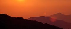 La blleza cambiará el mundo (Japo García) Tags: belleza tramonto atardecer montañas horizonte dsitancia rojo naranja contraluz sol tarde naturaleza fotogarifa foto japo garcia roma campaegli italia
